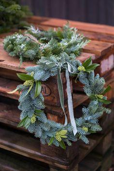 Julöppet i december! Christmas Greenery, Christmas Door Decorations, Christmas Flowers, Christmas Tree Farm, Natural Christmas, Holiday Wreaths, Christmas Time, Christmas Crafts, Christmas Ornaments