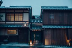 APRIL Eva Novak's Guide to the Best Small Luxury Hotels in Kyoto, Japan. Hand-picked guide with the Best Small Luxury Hotels in Kyoto. Lounge Design, Design Design, Kyoto, Dining Suites, Bois Diy, Small Luxury Hotels, Japanese Architecture, Japanese House, Scandinavian