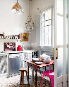 a cozy kitchen // love the bright pink chair