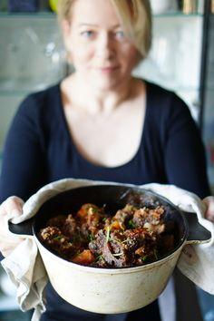 lumo lifestyle: Pitkään hautunut häränhäntäpata | Delicious ox tail stew Fish Recipes, Meat Recipes, Fish And Chicken, Oxtail, Stew, Dishes, Lifestyle, Food, Tablewares