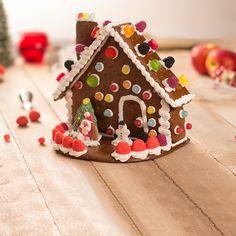 Si buscas recetas de Navidad fáciles y al mismo tiempo decorativas, descubre cómo preparar esta original casita de galleta con gominolas.