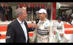 Lewis Hamilton no guard rail Eu entendi a expressão de Hamilton, sentado no guard-rail, atrás de Rosberg, então entrevistado pelo mestre de cerimônias Martin Brundle, como a de alguém que tinha plena consciência de sua parte na decisão errada. Outros entenderam que era um teatrinho para jogar a culpa na equipe. A TV ainda mostrou o chefe de imprensa da FIA, Matteo Bonciani, convencendo Hamilton a voltar para o pódio que ele havia deixado logo depois do hino alemão, sem esperar pelo…