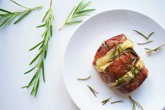 Deze heerlijke combinatie van malse gevulde varkenshaas met brie en de zoete honing is een waardig gerecht om op tafel te zetten.