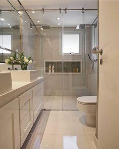 """1,191 curtidas, 29 comentários - Officina De Luxo (@officinadeluxo) no Instagram: """"Banheiro do casal branquinho com detalhes no nicho, duas cubas e dois chuveiros!! #decor #design…"""""""