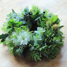 ★プロヴァンスの風 春の新鮮な草花にハーブをたっぷりあしらったフレッシュリースです。爽やかな香りのする贈りものは、新たな門出へのお祝いにもぴったりです。6,000円(税別)#kusakanmuri