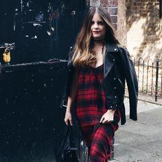 El frío llega a Londres y es momento de guardar las prendas veraniegas para sacar las más otoñales como este vestido largo de tirantes y tela gruesa a cuadros rojos y negros. (El link directo al look está en la biografía). Espero que os guste!  .  New post up on the blog! (Link in bio) hope you like it!  #fashionblogger #fashionworld #fashionaddicted #life #lifestyle #fashiondiaries #fashionblog #newpost #newlook #newoutfit #newclothes #clothes #moda #comunicación #fashion #London #mylife…