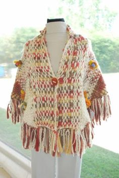 Pashmina tipo saquito, tejida en telar con flame de lana tipo vellon y flores en fieltro Tapestry Weaving, Loom Weaving, Hand Weaving, Crochet Scarves, Crochet Clothes, Knit Crochet, Spool Knitting, Hand Sewing Projects, Fashion Sketches