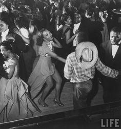Urban League Ball au Savoy Ballroom Feb 1949 phot by Gjon Mili Chap 14 Lindy Hop, Shall We Dance, Lets Dance, Gjon Mili, Harlem New York, Swing Dancing, Photo Series, Series 3, Cotton Club