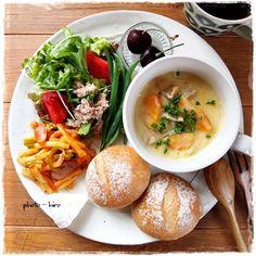 フランスパン・シチュー・マカロニのケチャップ炒め・サラダ・チーズ・フルーツの洋食ワンプレートです。たくさんのお野菜もしっかり摂れているメニューで見た目もよし、いうことありませんね!