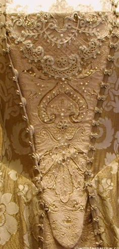 Beading on Elizabeth Swann's gold gown from Pirates of the Caribbean Perlen auf Elizabeth Swanns Goldkleid von Pirates of the Caribbean Elizabethan Dress, Elizabethan Fashion, Victorian Fashion, 18th Century Dress, 18th Century Fashion, 19th Century, Vintage Dresses, Vintage Outfits, Vintage Fashion