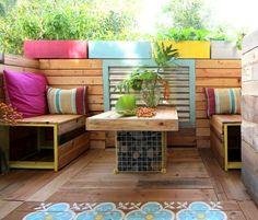 déco terrasse avec coussins table en bois avec pied central gabion