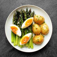 🌱+🥔+🥚=❤️😘 Pečený chřest je taaakhle jednoduchý a dobrý! Recept ⏩ Můj profil #českýchřest #chřest #chrest #špargl #spargl #spargla #špargla #asparagus #brambory #vejce