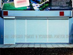 Главные и боковые фасады коммерческих объектов, как правило, имеют непрерывное витражное остекление. Ограждающие конструкции этого типа предназначены для освещения зальных помещений и внешнего экспонирования образцов товаров и услуг предприятий.