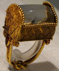 Gold and rock crystal ring with box-shaped bezel Greek, ca. Oh, this is amazing. Roman Jewelry, Greek Jewelry, Old Jewelry, Jewelry Art, Unique Jewelry, Vintage Jewelry, Fine Jewelry, Medieval Jewelry, Ancient Jewelry