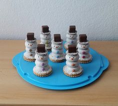 Schneemänner Snowmen, a great recipe from the category Christmas. Christmas Candles, Christmas Desserts, Kids Christmas, Healthy Meals For Kids, Kids Meals, Maila, Xmas Food, Mousse Cake, Food Humor