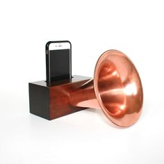 Cool groomsman gift idea: the Edison Amp - an old fashioned gramophone cell phone speaker/amplifier