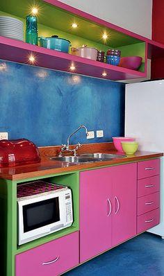 Não é porque é pequena que a cozinha tem que ter cores claras. A arquiteta Adriana Yazbek escolheu tons fortes, como azul, rosa e verde. Pon...