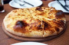 Für dieses georgische Käsebrot passt ein weicher Teig aus Joghurt und Backpulver am besten, aber du kannst auch Pizzateig aus dem Supermarkt verwenden.