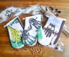 Die selbstgemachten Ofenhandschuhe sind das ideale Geschenk für Weihnachten. Motifs Animal, Clay Food, Diy Clay, Christmas Stockings, Clay Recipe, Holiday Decor, Content, Footprint, Advent