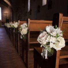 Eglise-de-Cessy fleuriste decoration florale banc eglise vintage romatique Ceremony Backdrop, Ceremony Decorations, Wedding Church Aisle, Bridesmaid Dresses, Wedding Dresses, Floral Wall, Marie, Backdrops, Floral Wreath