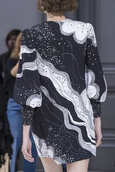 What a beautiful pattern Chloé at Paris Fashion Week Fall 2017 - Details Runway Photos Fashion Details, Love Fashion, Fashion Show, Womens Fashion, Fashion Design, Winter Looks, Textiles, Fashion Prints, Pattern Fashion