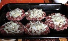 """Egy újabb kiváló recept egyserpenyős fogáshoz. Nem kell feleslegesen összepiszkolni a konyhai tálakat és serpenyőket, elég, ha a hozzávalókat felvágjuk, lereszeljük, rétegezzük, majd végül megsütjük. A darált hús már készen, ledarálva kapható, így ez is lerövidíti az elkészítési időt. Kiváló menü gyors vacsorának vagy ebédnek. A """"Lusta"""" háziasszonyok kitűnő ebédje darált húsból, egyetlen serpenyőben nem megerőltető étel, kezdő szakácsok is megbirkóznak vele, ráadásul még finom is. Mayonnaise, Beef, Snacks, Chicken, Vegetables, Cooking, Fit, Recipes, Anna"""