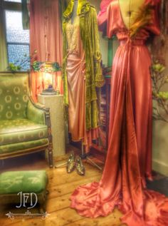 The Joanne Fleming Design showroom; copper pink and absinthe.luxurious evening wear in delicious shades. Copper And Pink, Copper Color, Costumes Around The World, Vintage Gypsy, Red Carpet Gowns, Granny Chic, Classic Elegance, Belle Epoque, Fashion Colours