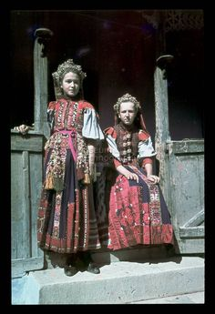 From Kalotaszeg, NHA Néprajzi Múzeum -Online Gyűjtemények - Etnológiai Archívum, Diapozitív-gyűjtemény Traditional Fashion, Traditional Outfits, Life Is Beautiful, Beautiful People, Folk Costume, Costumes, European Dress, Hungarian Embroidery, Folk Dance