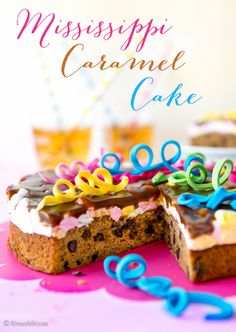 Missisippi Caramel Cake  Tämänvuotisen vappukakkuni nimi viittaa reseptin amerikkalaisiin vaikutteisiin.  Mississippi Mud Cake on hyvinkin tunnettu suklaakakkuihanuus. Tuon suklaakakun kolme leimallisinta ainesosaa ovat suklaa (tai kaakao), vaahtokarkit ja kahvi. Maussa kahvi kuitenkin jää suklaisuuden varjoon. Tässä kakussa halusin painottaa suklaan sijaan karamellimaista makua, joka tulee fariinisokerista. #vappu