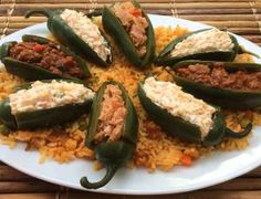 Pican pero con muuucho sabor: Chiles jalapeños rellenos: Chiles jalapenos rellenos de queso crema, atún guisado y picadillo mexicano sobre una cama de arroz rojo mexicano.