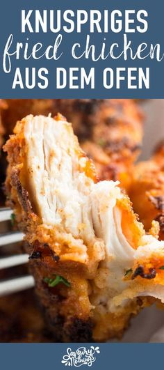 """Knuspriges """"fried chicken"""" wie bei KFC - zuhause selbst gemacht im Backofen! Ein einfaches Rezept das weniger fettig und ungesund ist als Fast Food - aber genau so lecker schmeckt! Streifen von Hühnerbrust werden grosszügig paniert und im Backofen schön k"""