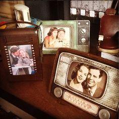 ESPECIAL DIA DOS PAIS! Porta-retratos são sempre um ótimo presente; delicados e bonitos, nos lembram de bons momentos que ficaram na memória!  #adoro #adorpresentes #adorodecoração #presentes #diadospais #lojavirtual #lojaonline #decor #decoração #home #retro #vintage #portaretratos Retro, Mini, Personalized Items, Frame, Vintage, Best Gifts, Father's Day, Fotografia, Picture Frame
