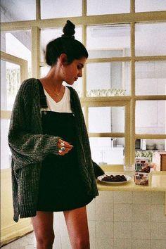 Mode? Lifestyle? Deco? Voyages? Cuisine? Retrouvez des astuces et de l'inspiration pour améliorer votre quotidien!  Rendez-vous sur www.bebadass.fr  #lifestyle #fashion #mode #trendy #lastpurchases @bebadass @fall @inspiration Chunky Cardigan Outfit, Winter Cardigan Outfit, Oversized Knit Cardigan, Snow Outfit, Black Sweater Dress, Gray Cardigan, Sweater Dress Outfit, Dress Winter, Sweater Dresses