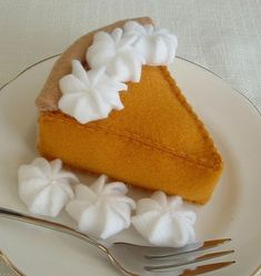 Felt pumpkin pie with whipped cream - looks delicious! Food Crafts, Diy Food, Pie Craft, Diy For Kids, Crafts For Kids, Felt Food Patterns, Felt Cake, Felt Cupcakes, Felt Play Food