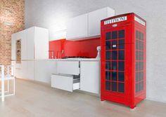 Frigorifero rosso cabina telefonica londinese.