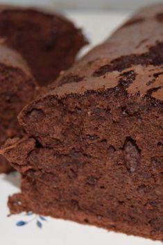 Una idea para aprovechar las claras que nos sobran de otras elaboraciones, es preparar este bizcocho de chocolate. 🍫🍫