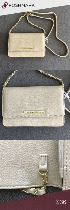 "Steve Madden cream wallet with chain NWT Steve Madden creme wallet crossbody NWT. The chain is detachable. Fold over front flap with magnetic closure. 8 CC slots. 5""H x 7.6""W x 1.5""D. 23.5"" drop Steve Madden Bags Crossbody Bags"