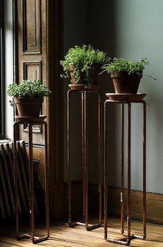 Estes vasos foram transformados em verdadeiros itens de decoração após ganharem apoio de cabos em cobre.