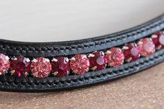 Stirnriemen aus Leder mit Strasssteinen und silberner Kesselkette. Verwendet wurden Strasssteine SS38 in den Farben Rose, Light Rose und Fuchsia.