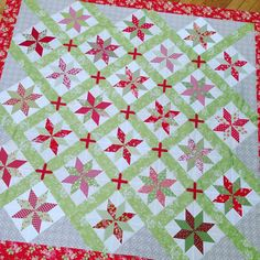 When math works! . #showmethemoda #showmethebellas ##bellasolids #patchwork #quilting #quilt #quilts #aurifil #plan #idea#color #redandgreen #christmas #stars @quilterpatsloan @brengr #figtreeandco #figtreequilts