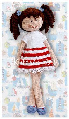 Lotti, lalka wykonana ręcznie na szydełku. Lalka ubrana jest w sukienkę, wykonaną ręcznie na drutach i ozdobioną bawełnianą koronką ...