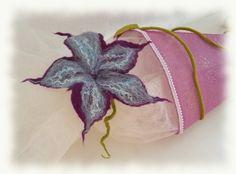 .  große Filzblüte aus Lilafarbener und hellblauer Merinowolle nassgefilzt. Außerdem wurde selbstgefärbte Maulbeerseide eingearbeitet.    Durch den...