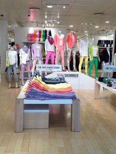 Carlos: interior tienda de moda en el que observamos el gran colorido, de sus prendas, formando un arcoiris.
