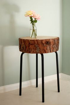 Sliced wood DIY table..using a barstool + 30 other wood slice decor ideas