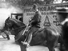 A mounted police constable in London unsheathes his baton, while escorting cold storage vans on their way to Smithfield meat market during the transport workers strike. (Photo by Topical Press Agency/Getty Images). Police Humor, Police Officer, Cool Stuff, Victorian London, Victorian Era, Funny Police Pictures, Police Uniforms, Majestic Horse, Old Street