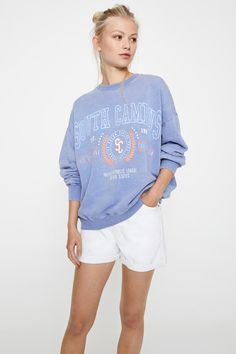 "Sweatshirt lavanda ""South Campus"" - PULL&BEAR Lavender Blue, Graphic Sweatshirt, T Shirt, Cami, White Shorts, Ted, Contrast, Crew Neck, Sweatshirts"