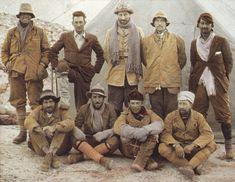 George Leigh Mallory,  (segundo a la izquierda en la parte posterior), fotografía  tomada en su último Everest expedición y su muerte allí en junio 1924.