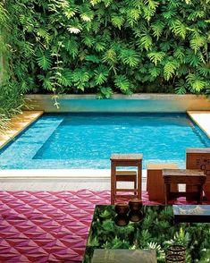 Haaaa que saudades da Arquitetura&Construção  Dá só uma olhada nessa piscina que eles publicaram. O jardim vertical de 12x7 supre os verdes retirados para criarem a piscina.  O projeto de reforma da casa é do @storrertamburus