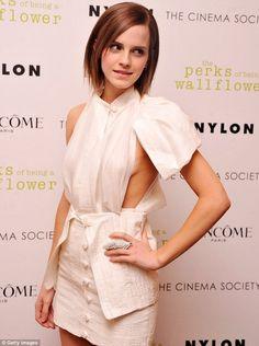 Peek-a-Boob: Emma Watson zeigte einige sideboob in einer Screening-New York für die Perks ein Goldlack heute Abend des Seins