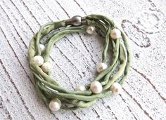 Silk bracelet with freshwater pearls by Charmecharming 24,00 €
